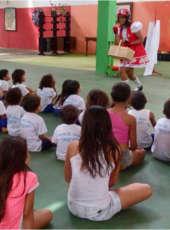 SSPDS e Detran levam espetáculo de teatro infantil para crianças da comunidade do Gereba