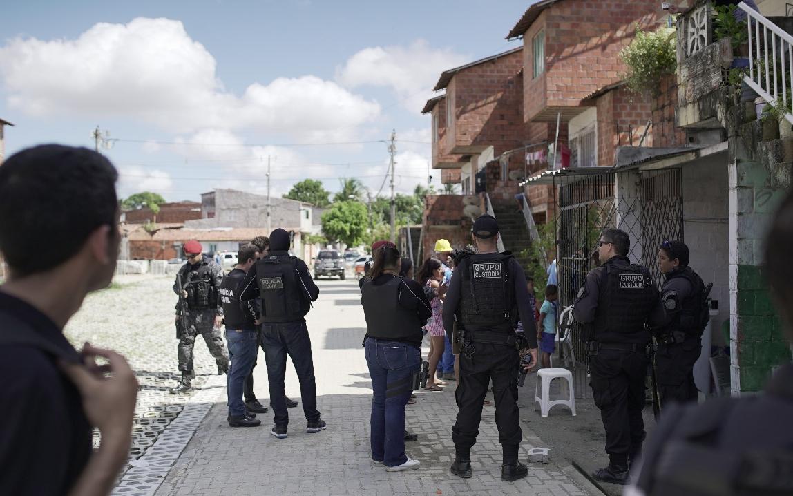 Com o uso de tecnologia biométrica, forças de segurança realizam operação na comunidade da Babilônia