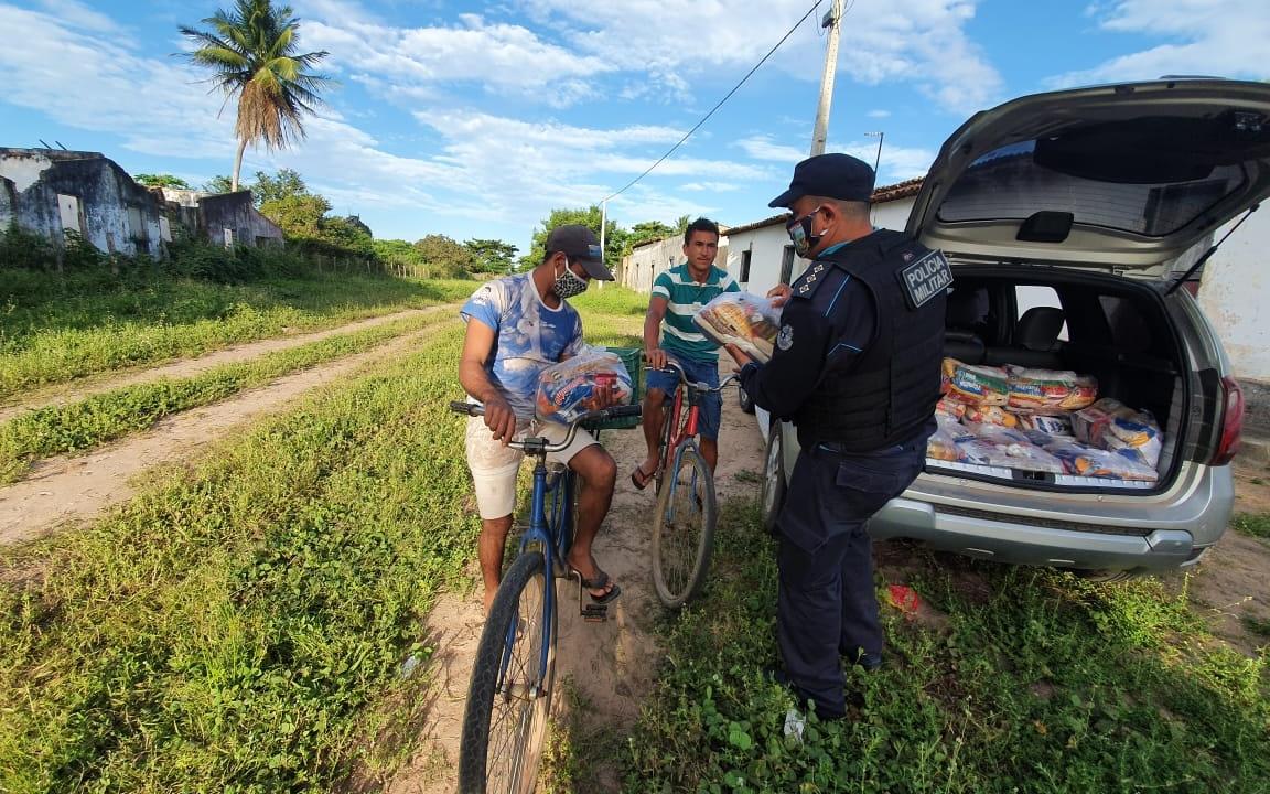 Policiais militares promovem ação social com entrega de cestas básicas em Paracuru